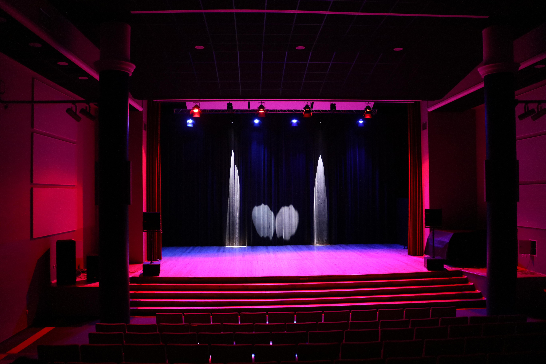 Na zdjęciu sala widowiskowa z sprzętem nagłaśniającym i włączonymi światłami.
